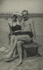 [Photograph of Leo and Julia Schmucker at beach]