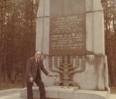 [Photograph of Boris Shak laying flowers on monument at Ponary]