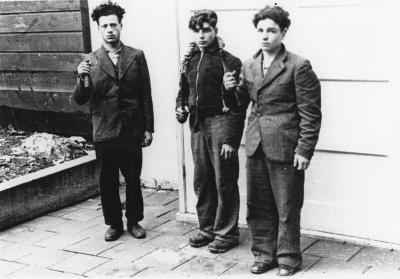 [Three Jewish boys arrested, posing with weapons]