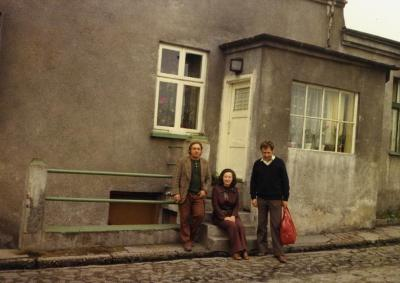 [Worker, Regina Feldman and driver outside house where her cousin used to live, Będzin, Poland]