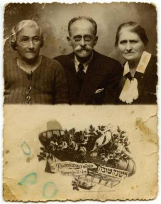 [Rosh Hashanah portrait of Mania, Anszel and Ewa Grinblat]