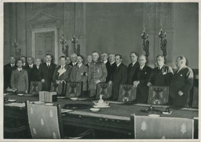 Das Reichskabinett bei Verkündung des Wehrgesekes