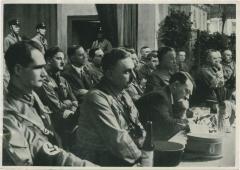 Auf einer Tagung in der Kampfzeit. Ein Redner Spricht, der Fuhrer macht kurze Notizen.
