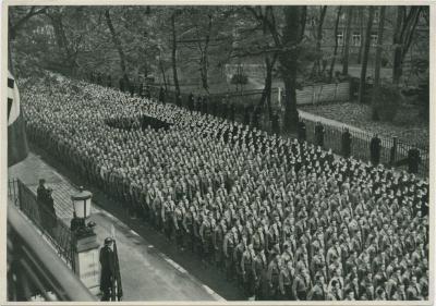 9 November 1935 in München. Hitlerjugend vor dem Braunen Haus vor der feierlichen Augnahme in die Partei