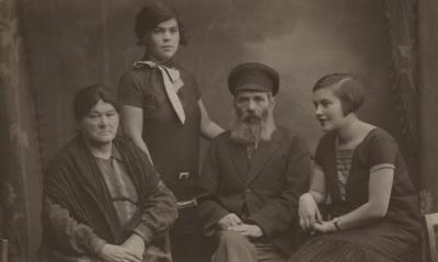 [Photograph of Lifschitz family]